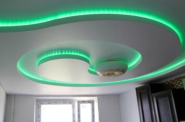 Двухуровневый натяжной потолок с подсветкой ступени