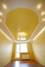 Двухуровневый натяжной потолок с парящими элементами и точечными светильниками