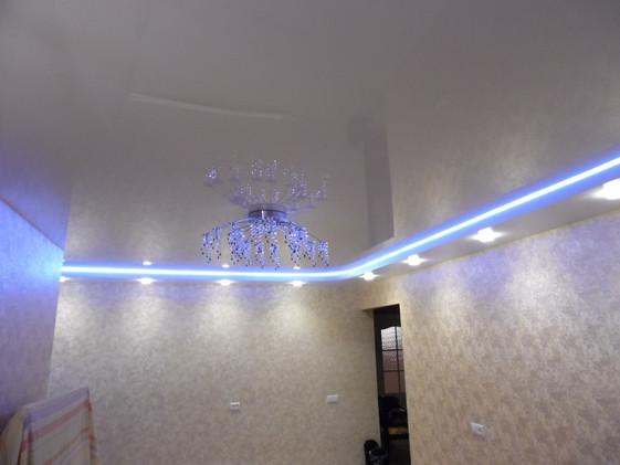 Двухуровневый натяжной потолок с подсветкой ступени и точечными светильниками