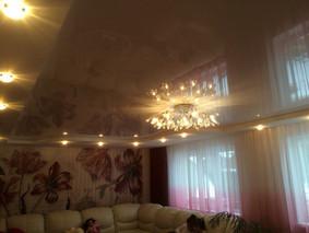 """Двухуровневый натяжной потолок с точечными светильниками и """"французским карнизом"""""""