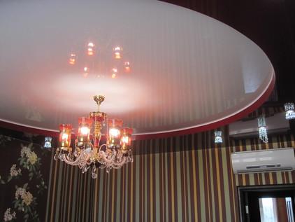 двухуровневый потолок с люстрой в зале
