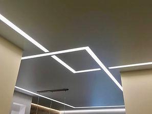 Матовый потолок в коридоре с световыми линиями
