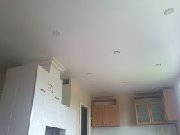матовый потолок со светильниками