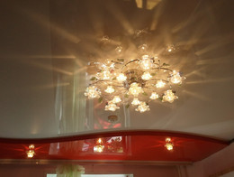 глянцевый двухуровневый потолок
