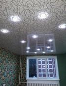 фактурный потолок с светильниками
