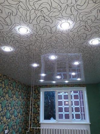 Фактурный натяжной потолок с точечными светильниками