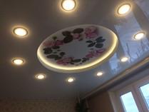 Фотопечать на двухуровневом натяжном потолке с подсветкой ступени и точечными светильниками