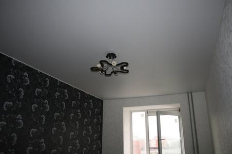 матовый потолок с люстрой в зале