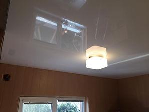 Глянцевый потолок в комнате