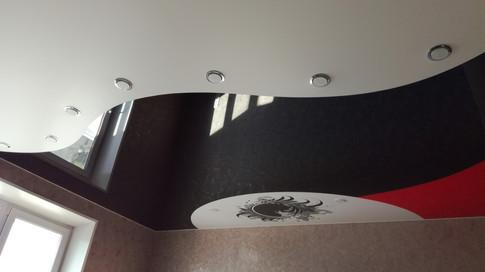 Комбинированный потолок три цвета