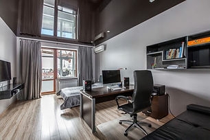 Глянцевый потолок в кабинете