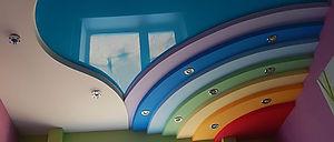 Многоуровневый цветной потолок
