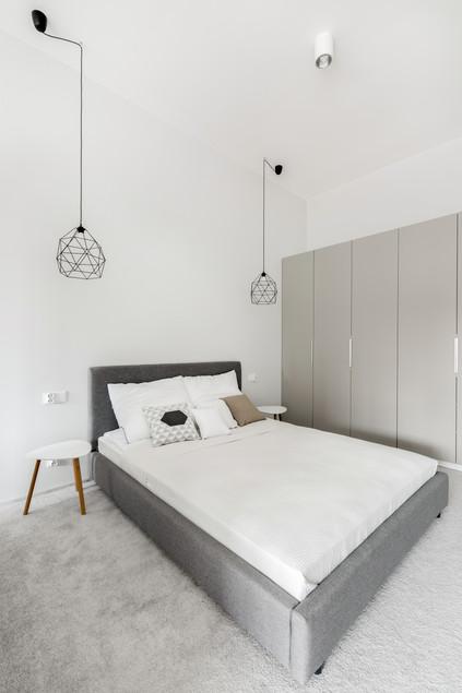 Белый натяжной потолок в спальне