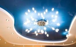 Трехуровневый натяжной потолок с точечными светильниками