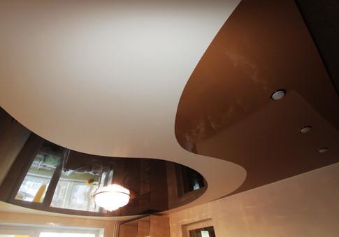Комбинированный потолок коричневый и белый