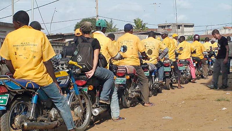 Bénin: Longue file devant les stations / Image: Black feelings