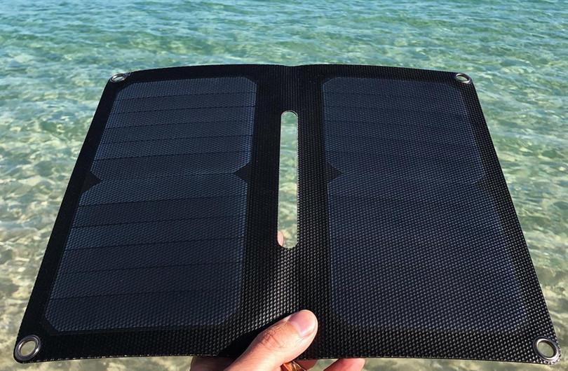 Alto_Solar_Charger_PV14_Beach3.jpg