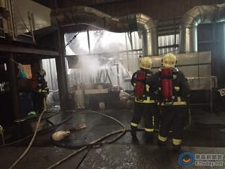 嘉義工廠悶燒直竄濃煙 消防員火大前....急撲滅