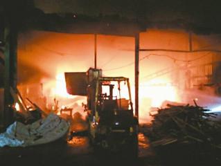 木材廠起火 百坪鐵皮屋付之一炬