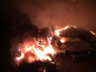 高雄凱旋世貿火警 燒毀上千坪展場