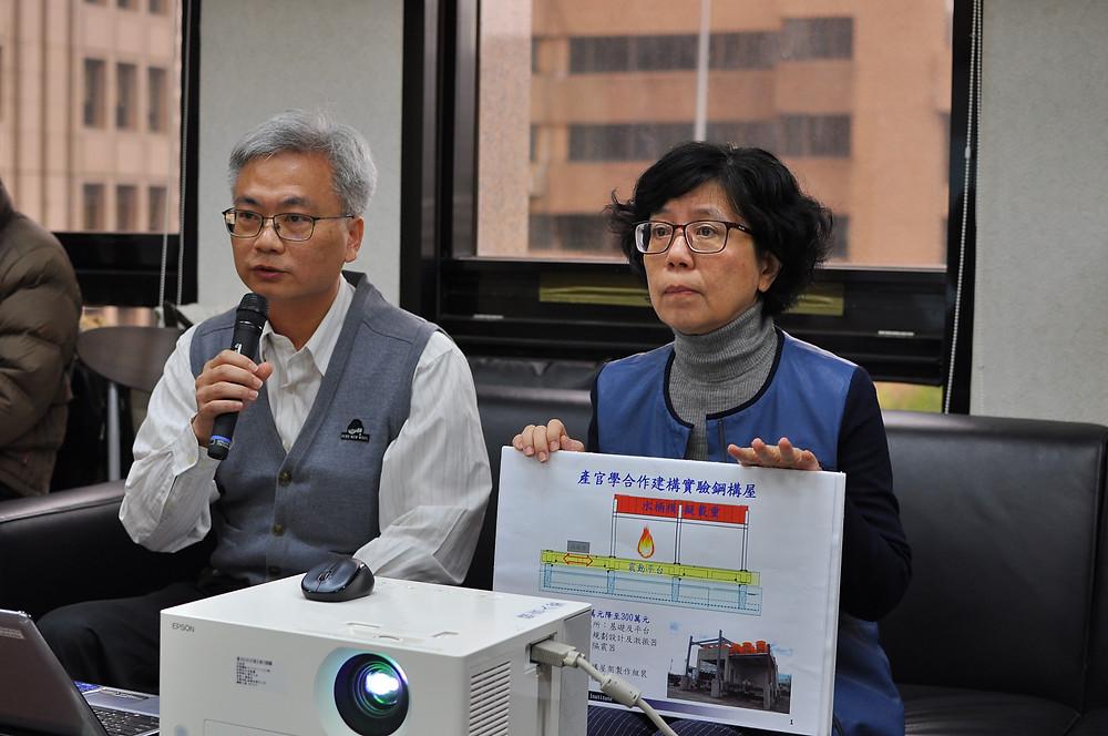 建研所蔡綽芳組長(左)說明實驗鋼構屋建構過程