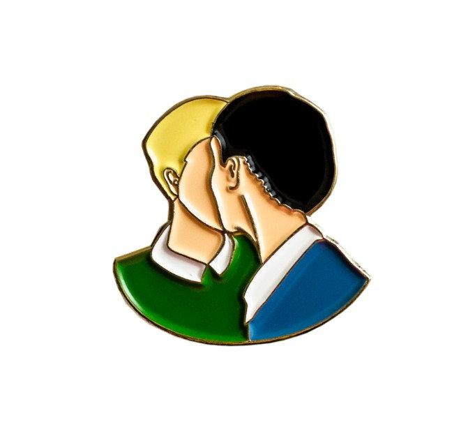 """Enamel Pin """"Kiss"""""""