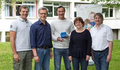 Nils_und_Stipe_bei_Geldübergabe.jpg
