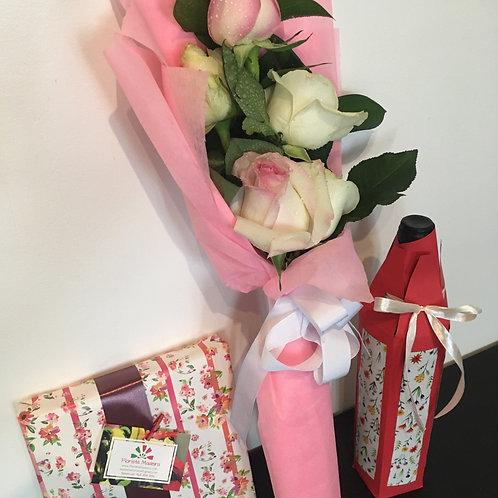 Caixa de Chocolates + Bouquet 4 Rosas + Garrafa de Vinho