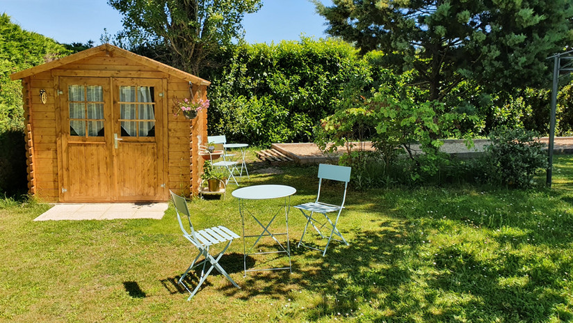 chalet with fridge and boule court