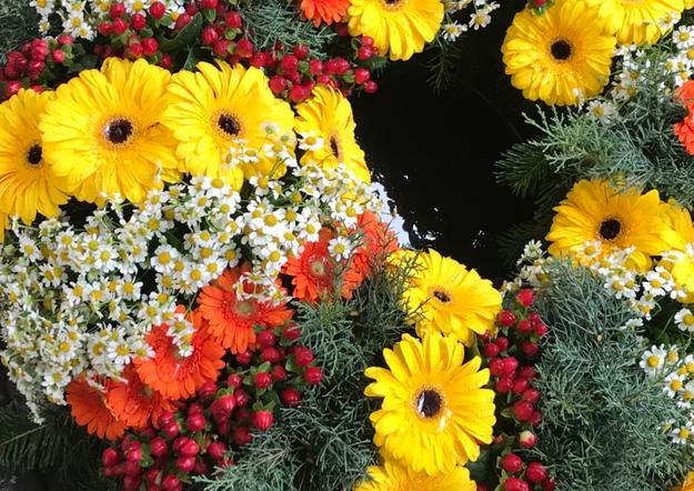 Fellner Blumen Trauerfloristik toller spezieller Kranz