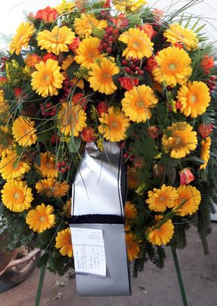 Fellner Blumen Trauerfloristik Kranz gelb rot