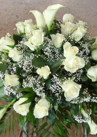 Fellner Blumen Trauerfloristik Sarggesteck weiße Lilien und Rosen