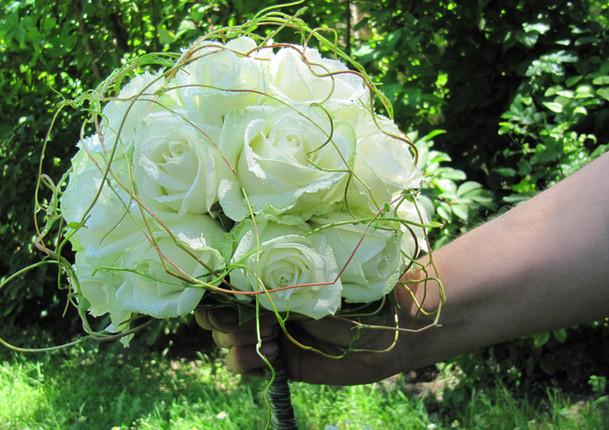 Fellner Blumen Hochzeitsfloristik Brautstrauß weiße Rosen