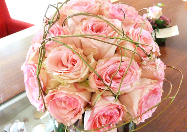 Fellner Blumen Hochzeitsfloristik Brautstrauß rosa Rosen