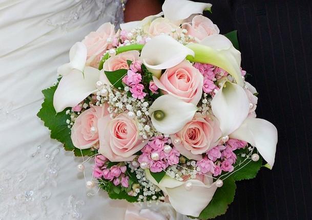 Fellner Blumen Hochzeitsfloristik Brautstrauß rund