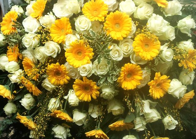 Fellner Blumen Trauerfloristik Kranz gelb weiß