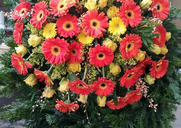 Fellner Blumen Trauerfloristik Kranz mit Gerbera rot gelb