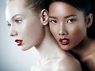 femmes portant le maquillage
