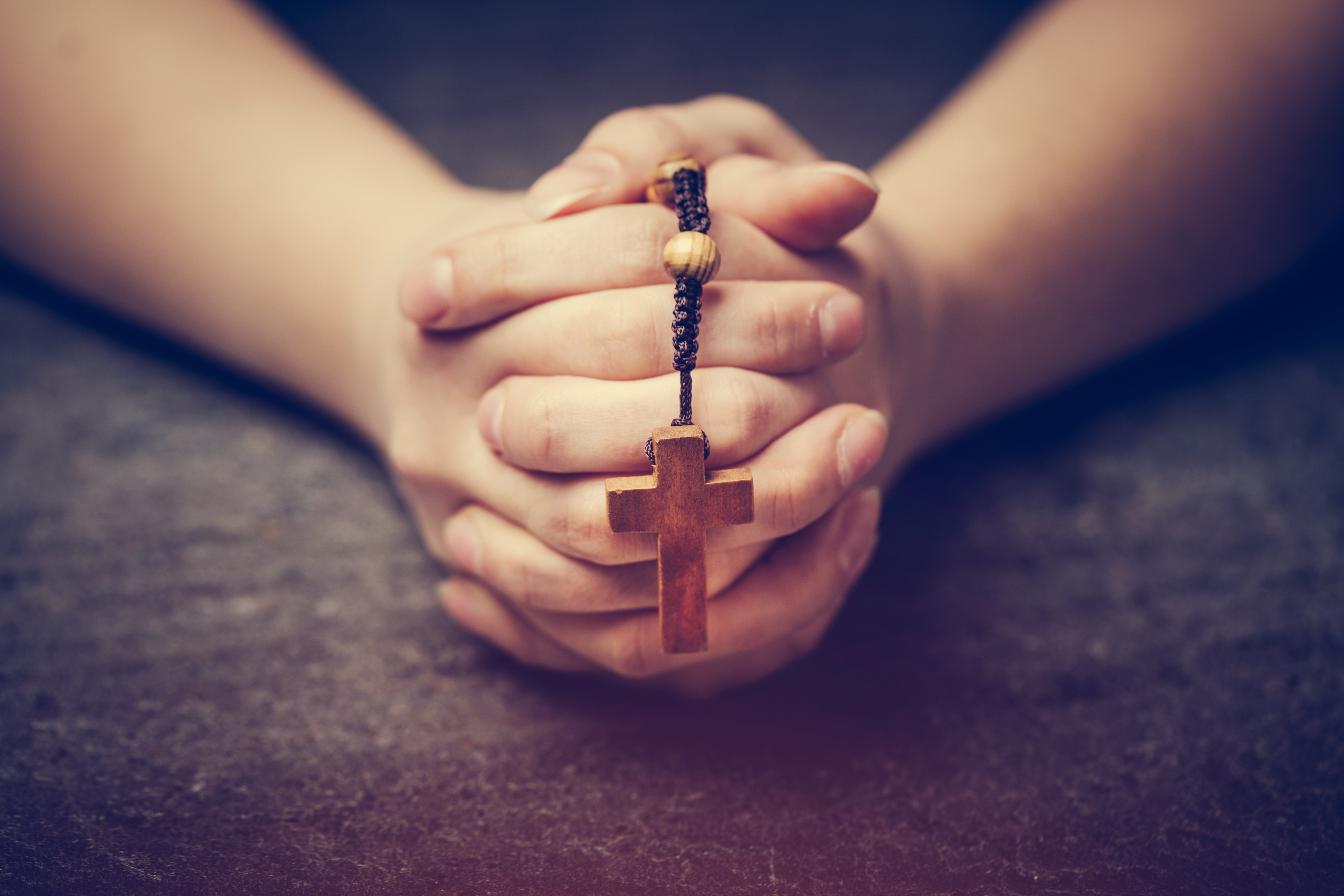 woman-praying-with-a-rosary-UVTDBAM