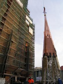 Stawianie iglicy na katedrze św. Jakuba