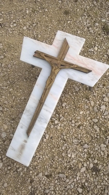 Croix en marbre restaurée
