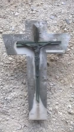 Croix en marbre avant restauration