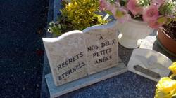 Plaque funéraire livre