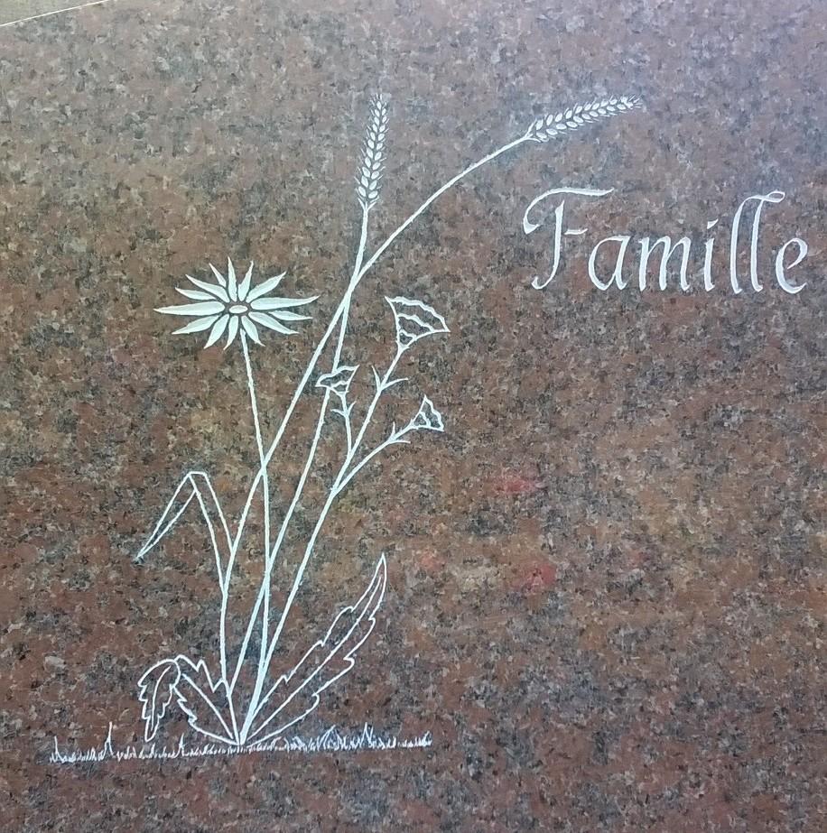 Gravure fleurs sur stèle