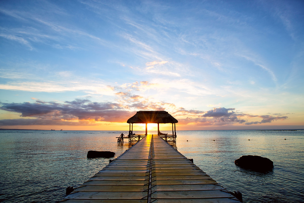 Mitunter die schönsten Strände der Welt erwarten Sie auf der tropischen Zuckerrohrinsel, östlich von Madagaskar, inmitten des Indischen Ozeans. Ob mit der ganzen Familie oder als verliebtes Paar, Erholungssuchende sowie Sportler verbringen hier gleichermaßen einen Traumhaften Urlaub im Sonnenschein. Mehr als die Hälfte der Küste besteht aus von Palmen gesäumten feinsandigen Stränden und das dahinter liegende türkise Wasser lädt zum Baden, Tauchen und Schnorcheln ein. Traumhafte Ausflugsziele Einer der idyllischsten Orte der Insel ist der Strand von Flic en Flac mit dem im Hinterland aufragenden bewaldeten Berglandschaft des Black River Georges Nationalparks. Der Nationalpark erstreckt sich über eine Fläche von etwa 6574 Hektar im hügligen Südwesten der Insel. Der Park wurde eröffnet um die natürliche Vegetation der Insel zu schützen und Touristen einen Einblick in die wunderschöne Flora und Fauna zu bieten. Entlang der immergrünen Wälder können Urlauber bis hin zum höchsten Punkt der Insel, dem Black River Peak, spazieren und den Ausblick genießen. Neben den malerischen Stränden und dem Nationalpark bietet die Insel zudem einige weitere lohnenswerte Ausflugsziele wie die siebenfarbige Erde in Chamarel, oder die multikulturelle Hauptstadt Port Louis mit dem berühmten Blue Penny Museum und dem lebendigen Hauptmarkt. Hier wird an unzähligen Ständen fangfrischer Fisch und eine bunte Auswahl an exotischen Früchten angeboten.
