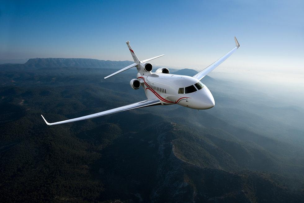 Privatjet Falcon 7X im Flug über eine wunderschöne Landschaft