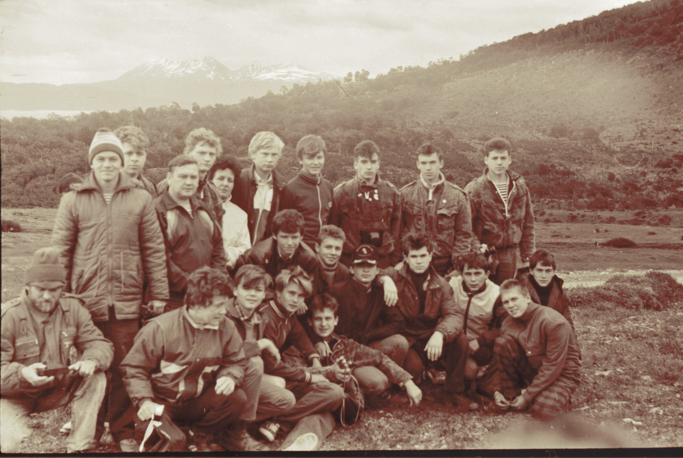 Группа советских юных моряков на фоне мыса Горн (со стороны природного заповедника на Огненной земле)