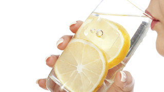 Ζεστό νερό με χυμό λεμόνι
