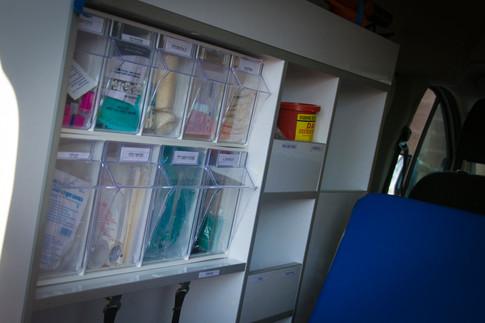 ארון תרופות וציוד באמבולנס