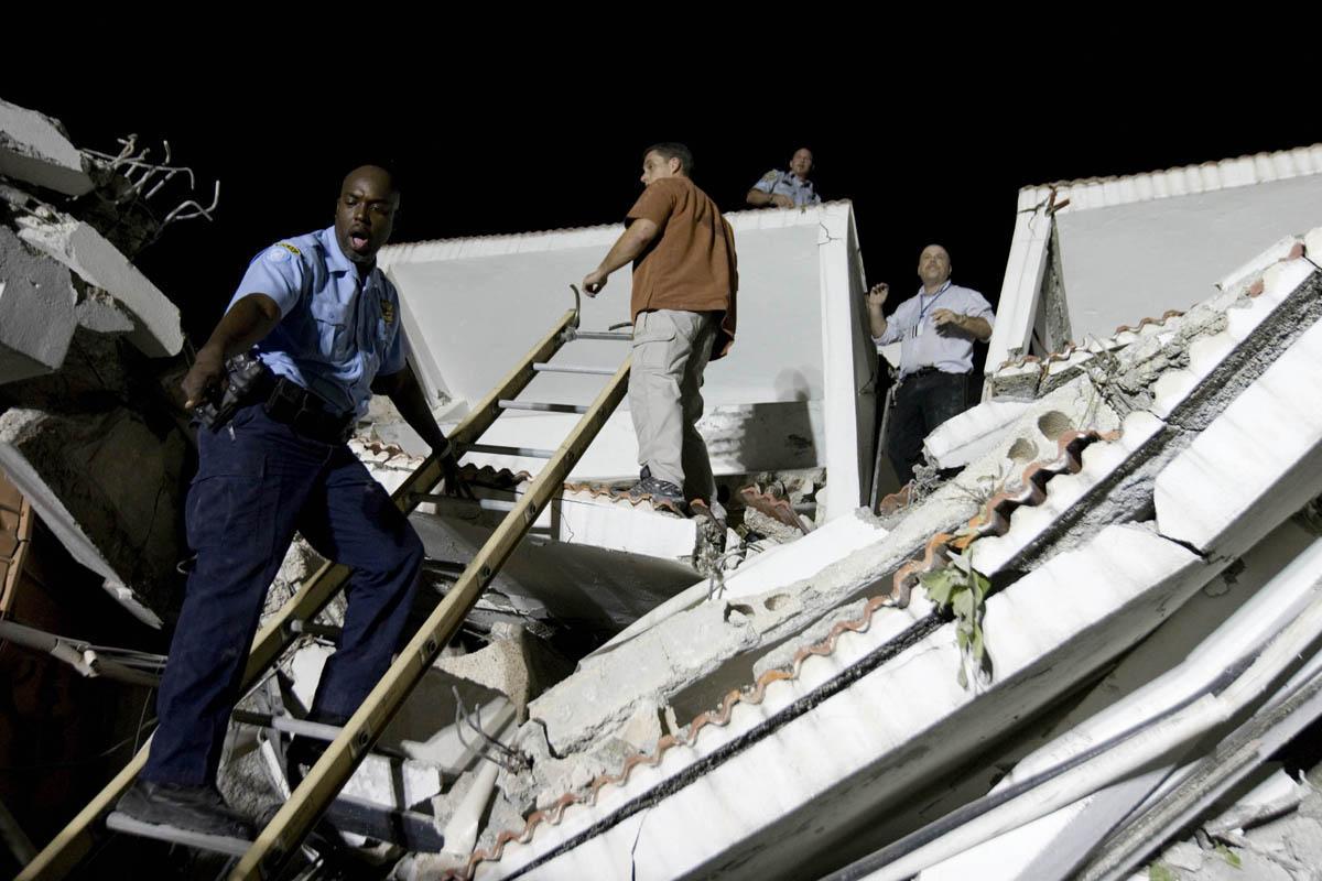 10-01-12-Earthquake 08 photo Logan Abassi.jpg